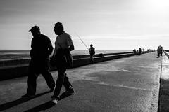 Cheiro a mar / Sea smell (Francisco (PortoPortugal)) Tags: 2472016 20161026fpbo4367 pb nb bw monocrome pessoas people fozdodouro porto portugal portografiaassociaçãofotográficadoporto franciscooliveira