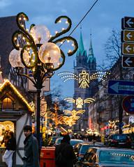 a very Nrnberg Christmas (Garrett LeSage) Tags: christmas street city urban color yellow night lights nuremberg streetphotography christmasmarket nighttime voigtlnder nrnberg xpro1 fujifilmxpro1 vision:mountain=0506 vision:sky=0637 vision:outdoor=0912 voigtlndernoktonclassic40mm