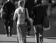 Entre Filles (Claude Schildknecht) Tags: street bag hand main zurich sac bahnhofstrasse fillgirl