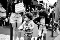 (pieroemme) Tags: sisters paris parigi bw blackwhite nikon flikr streetphotograpy streetlife street