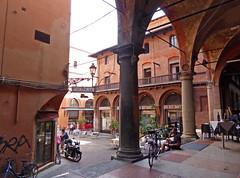 2016.09.08.057 BOLOGNE - Via dé Muséi, longeant l'ancien Ospedale della Morte (alainmichot93 (Bonjour à tous - Hello everyone)) Tags: 2016 italie italia emilieromagne bologne bologna architecture rue street via arcades streetlife nikon