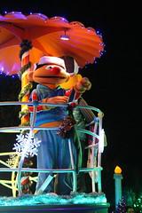 Sesame Place: Neighborhood Street Party Christmas Parade - Ernie (wallyg) Tags: amusementpark buckscounty langhorne neighborhoodstreetpartychristmasparade neighborhoodstreetpartyparade parade pennsylvania sesameplace themepark ernie sesamestreet