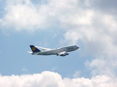 Lufthansa 747 takeoff FRA (Sebastian Fuss) Tags: start back inflight airport box top frankfurt internet off special take boeing middle takeoff lufthansa boeing747 connection upside flynet 747430 abheben