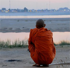 perspective (gicol) Tags: sunset rio river asia tramonto buddhist fiume monk monaco amanecer laos mekong pdr vientiane buddista