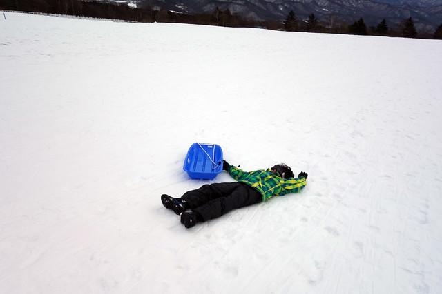 息子も真似して雪の上に寝る