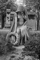 La mort (Honey Bfly) Tags: nikond60 bn blancoynegro blackwhite monocrome monocromo montmartre cementerio estatua paris france francia