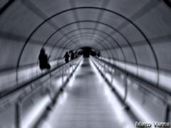 Tunel del Tiempo (m@®©ãǿ►ðȅtǭǹȁðǿr◄©) Tags: bilbao bilbo vizcaya paísvasco españa metro transportepúblico blancoynegro monocromo geometria estructura arquitectura simetria patrón líneas diagonal abstracto silueta gente tuneldeltiempo líneametrobilbaomoyua olympusepl1 zuikoed14÷42mmf35÷56 marcovianna marcoviannafotógrafo m®©ãǿ►ðȅtǭǹȁðǿr◄©