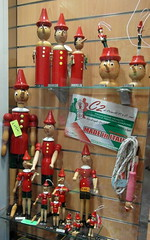 florence pinocchio world (kexi) Tags: florence firenze florencja italy europe tuscany toscany souvenirs pinokio pinocchio many shop store display vertical samsung wb690 october 2015 red instantfave