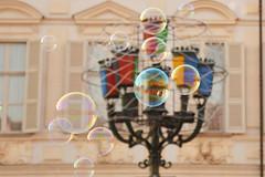 Bolle in piazza San Carlo - Bubbles in piazza San Carlo. (sinetempore) Tags: bolleinpiazzasancarlo bubblesinpiazzasancarlo torino turin lampione streetlamp lucidartistatorino piazzasancarlo bolledisapone soapbubbles colori colors