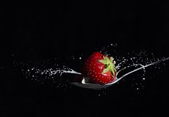 Splash-8 (crisse38) Tags: lait openflash fraise cuillre spoon strawberry red rouge milk