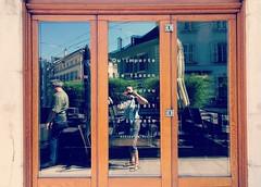 Me voil <> Selfie. (France-) Tags: 47 fentre window mots selfie carouge architecture porte door reflets reflections photographe bois wood frame