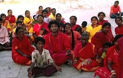 Kanchipuram, gelovigen bij de Kamakshir Amman tempel ( 7e-14e eeuw, gewijd aan Parvati ) India 2005 (wally nelemans) Tags: 2005 india prayers kanchipuram kancheepuram gelovigen