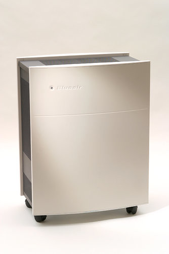 Tony Cenicola/The New York Times 瑞典空气净化器生产厂商布鲁雅尔的一名销售经理表示,美国大使馆订购的净化器数量超过2000台,但在5000台以下。
