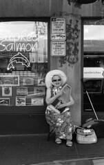 img1660.jpg (Bernhard Uhl) Tags: roll59 leicam6 pikestreetmarket streets musician