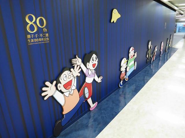 壁に沿ってキャラクターが。 東京タワー