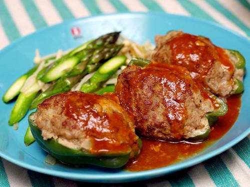 ピーマンの肉詰めとアスパラとエノキの炒めもの
