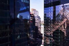 Reflejos confusos (arkvaro) Tags: bridge usa newyork architecture puente arquitectura manhattan reflejo cristal fachada queensborobridge nuevayork