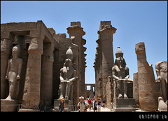 In the large courtyard of Rameses II (Ubierno) Tags: summer ro river holidays egypt nile cairo verano egipto luxor vacaciones thebes egypte  caire nilo ramesseum elcairo amenhotepiii opet  amn tebas tuthmosisiii amnra ubierno ramssii amenofisiii gebelelsilsila shabako ipetresyt nectaneboi