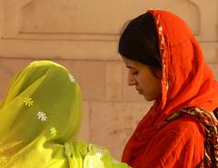 Deux jeunes femmes au Fort Rouge d'Agra (Christian Mathis) Tags: india femme agra inde fortrouge