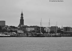 Hamburg (Cathrine1) Tags: hamburg stadt hanse stpauli town water wasser elbe flus river skyline schwarz weis black white schiff ship rickmerrickmers