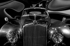 """B"" (Blende1.8) Tags: bentley autostadt wolfsburg headlight headlights front khlergrill scheinwerfer grill grille car auto automobil limousine carstenheyer leica dlux 109 schwarz weiss chrom chrome mono monochrome monochrom bw"