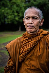 Bonze thaïlandais (Tom Piaï Photographie) Tags: culturel culture traditionnelle tenue orange nationalgeographic natgeo ngc cambodia cambodge siemreap angkor phnombakheng lao laos cérémonie prière thaïlandais thaïlande religieux bonze moine face portrait