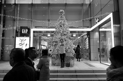 Day 333/366 : Selfie (hidesax) Tags: 333366 selfie christmas tree passersby bw gap shinjuku tokyo japan hidesax leica x vario 366project2016 366project 365project