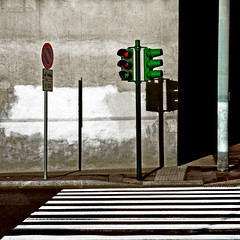 segni e segnali (mluisa_) Tags: roma muro verde ombra semaforo rosso segnale divieto passaggio marciapi