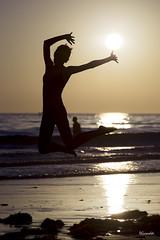 La alegre silueta al atardecer - II - Playa de Los Lances - Tarifa (DGrimaldi) Tags: sunset sea espaa david sol beach canon contraluz atardecer mar model playa andalucia modelo cdiz franco tarifa grimaldi loslances playadeloslances marasnchez 5dmarkiii ef70200mmf28lisiiusm dgrimaldi saltosun