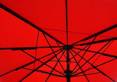 memory of a summertime (Rosmarie Voegtli) Tags: umbrella schirm sonnenschirm bordeau placedelavictoire geniessen enjoying red rouge rot
