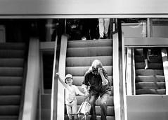 Rolltreppen (Everhartz) Tags: street nw fotograf centro kind sw ob kaufhaus spegel rolltreppen everhartz