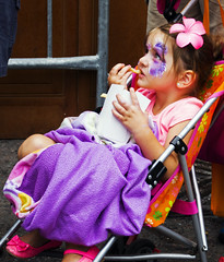 Buskerfest:  L'merveillement des enfants... The Wonder of Children (Bob (sideshow015)) Tags: street summer toronto ontario canada amusement nikon 7100 festivals t artistes d7100 nikon7100 buskersest