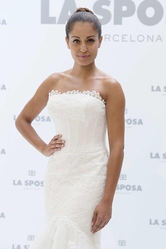 Hiba Abouk imagen de la nueva colección de vestidos de novia de La Sposa