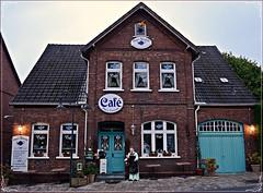Kaffee und Tee in Rdinghausen (Gerald Paetzer) Tags: rdinghausen cafe dorfimpression nostalgie architektur gebude fenster rahmen