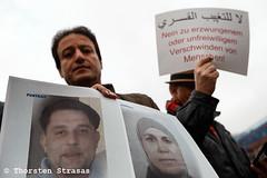 Syrer erinnern in Berlin an die vom Assad Regime Gefangenen (tsreportage) Tags: bascharalassad basharalassad berlin fsa fahne flagge kundgebung mitte opposition schild syrer syria syrians syrien tiergarten detainees dissidents flag jail prison prisoners protest rally regime sign germany de