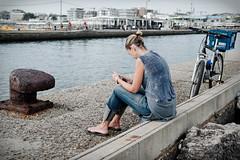 Les couleurs tendres de fin d'été (Paolo Pizzimenti) Tags: mer film canal paolo femme olympus f18 été fille quai zuiko vélo omd 25mm em1 pellicule cesenatico m43 mirrorless