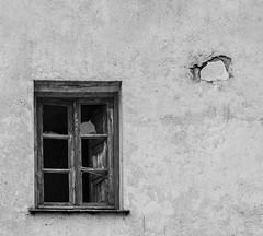 La ventana (EDU S.G.) Tags: ventana window blancoynegro blackandwhite texturas cristales cristal glass broken agujero hole nikon d7000 jaen horno segura tiempo