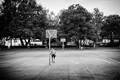 Eigelsteinviertel in the  early morning (Meine Sicht) Tags: bergischgladbach bw cologne eigelstein fotokunst kln leica leicam messsucher morgens rauen sw stadt viertel vollformat monochrom schwarzweiss wwwrauenfotode distagon3514zm zeissdistagont1435zm blackandwhite basketball