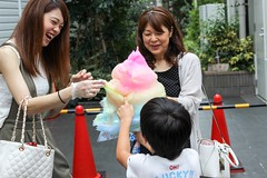 A family enjoying cotton candy (ZKent.Yousif) Tags: shibuyaku tkyto japan jp tokyo canon canon80d sigma sigma1750mm canonsigma people street streetphotography food cotton candy family happy happiness