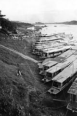 Long boat port (pacco_racco) Tags: boats river port mekong northernlaos middlemekong leicam6 leicasummicron35mmf20asph kodaktrix400
