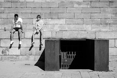 Sunday (fernando_gm) Tags: blackandwhite bw blancoynegro monochrome monocromo monocromatico fujifilm fuji xt1 35mm madrid street spain city people person gente men hombre