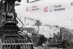 Toyota occasions (Thierry Poupon) Tags: pubdanslaville rampe toyota chantier démoli grue noiretblanc rougesélectif puteaux iledefrance france fr red blackandwhite works slope