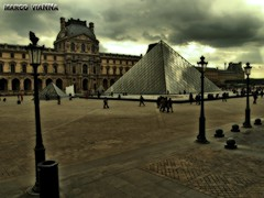 Pyramide du Louvre (m@®©ãǿ►ðȅtǭǹȁðǿr◄©) Tags: louvre paris saintgermainlauxerrois france pirámide edifício farola arquitectura estructura cristales ventana cielo tormenta museo urbanismo gente people plaza olympusepl1 zuikoed14÷42mmf35÷56 marcovianna marcoviannafotógrafo m®©ãǿ►ðȅtǭǹȁðǿr◄©