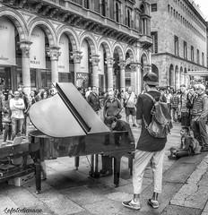 Artisti in piazza (lefotodiannae) Tags: lefotodiannae milano piazza duomo arista di strada pianista