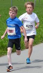Duel 4 (Cavabienmerci) Tags: boy sports boys sport youth race children schweiz switzerland à child suisse running run course runners pied runner 2014 läufer münsingen lauf coureur coureurs louf münsiger