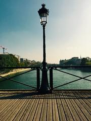 Pause (ettigirbs2012) Tags: water eau parapet bridge pont seine paris pontdesarts metal bois wood eclairagepublic publiclighting ciel sky
