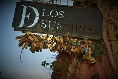 Colonia del Sacramento un lugar mgico (Vernica Oliver) Tags: lossuspiros uruguay coloniadelsacramento cansado carteles candados