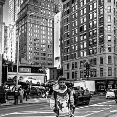 Broadway - Manhattan (Lucille-bs) Tags: amrique etatsunis usa newyork nb bw 500x500 broadway rue homme architecture building manhattan voiture