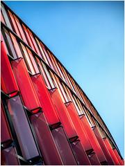 Oval Office (tosch_fotografie) Tags: oval office blauer himmel blau rot scheiben architektur symetrie abstrakt glas spiegelung flächen bogen hochformat olympus omd em1 metall gitter blue red sky winter straight line metal windows architecture büro bürogebäude komplex