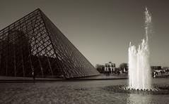 Pyramide du Louvre (plumo60) Tags: paris pyramidedulouvre nb